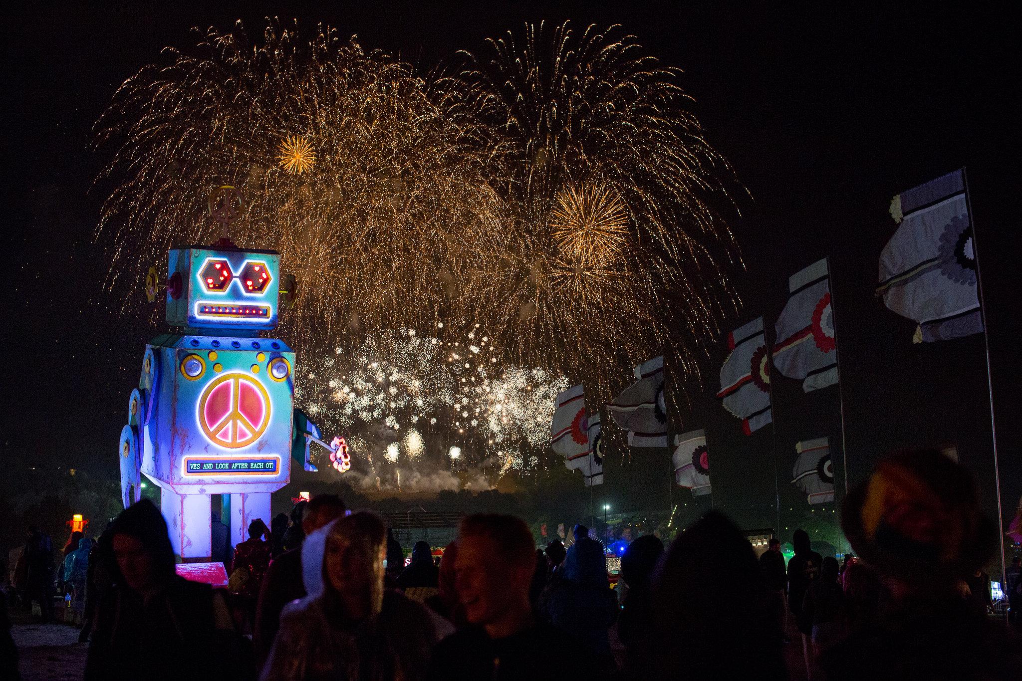 Victor Frankowski - The Love-bot & Fireworks - 6b80c58e-5a60-11e5-86f4-aee5d44592c4 - Web